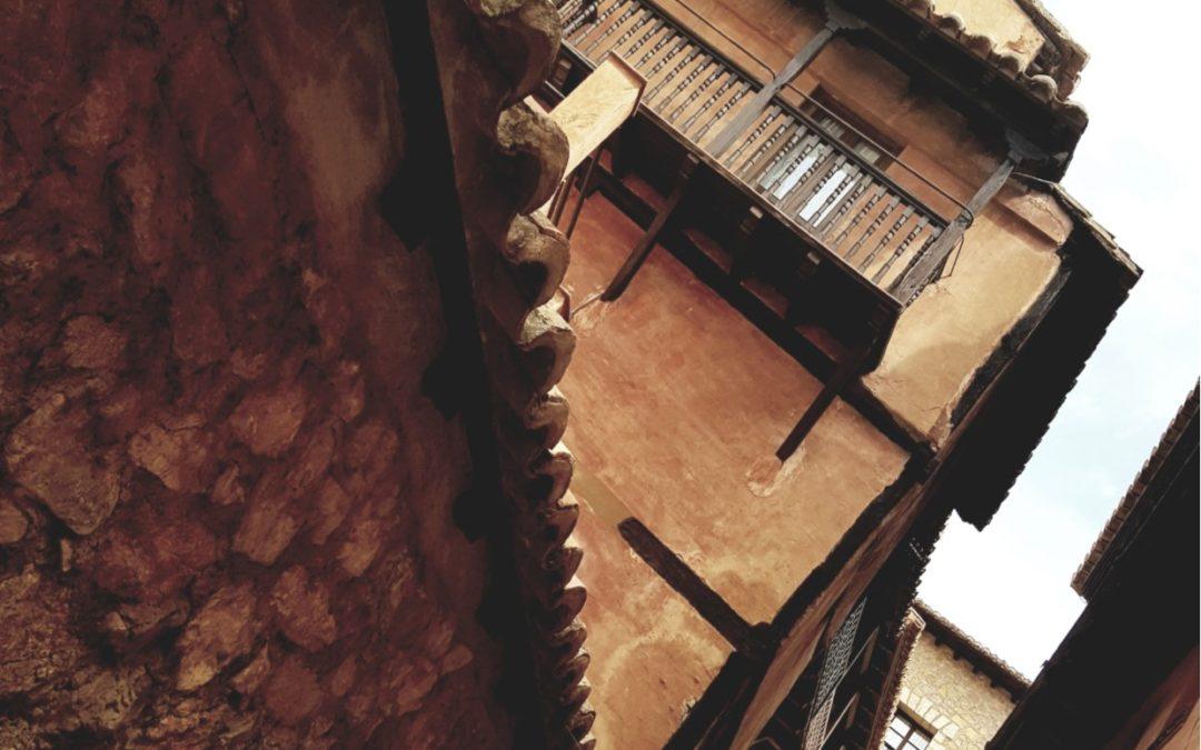 #Rincones que #maravillan…#niveles de arquitectura adaptándose a la orografía de #Albarracín tan característica…descubre #Albarracín de #VisitaGuiada en www.elandadoralbarracin.es