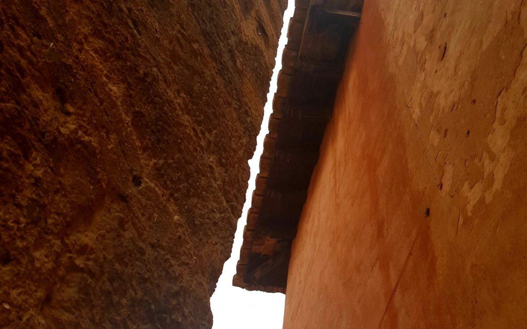 Cuando la luz se abre camino entre los aleros de Albarracín…descubre su visita guiada con ANDADOR Visitas Guiadas