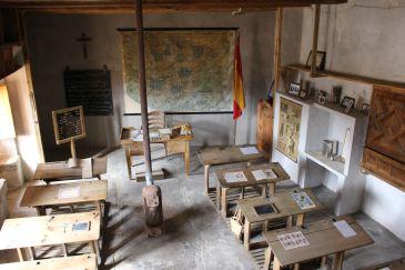 Noticia Diario de Teruel: El Maestrazgo enseña cómo eran las aulas donde han aprendido los niños de varias generaciones