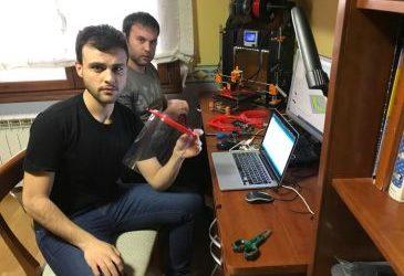 Noticia Diario de Teruel: Unos jóvenes de Orihuela fabrican viseras con una impresora 3D que se hicieron con maderas y piezas reutilizadas